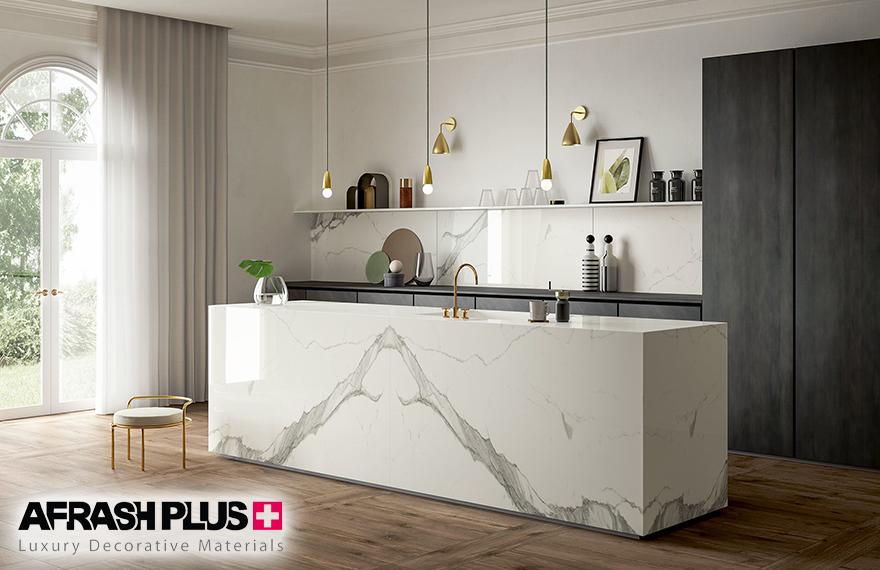 آشپزخانه مدرن با جزیره و صفجه کابینت سرامیک سفید رنگ و قرینه