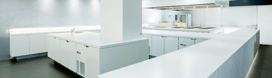 انواع صفحه کابینت: آشپزخانه مدرن و سفید رنگ با صفحه کابینت دکتون