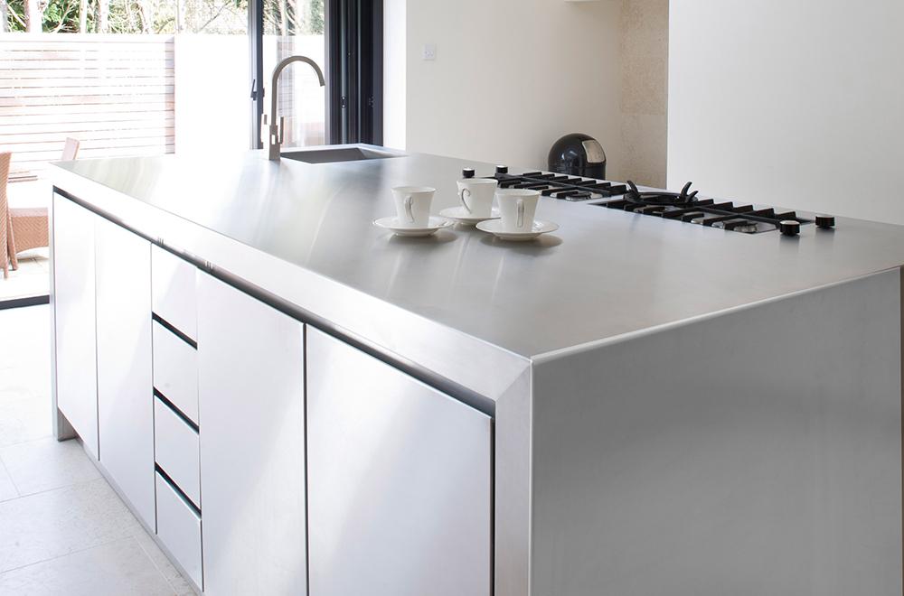 کابینت آشپزخانه مدرن با درب و صفحه کابینت استیل