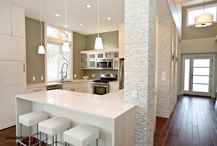 آشپزخانه G یا شبه جزیره کلاسیک سفید با صفحه کورین و دیوار سنگ آنتیک