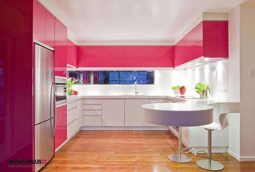 آشپزخانه U با کف پارکت و کابینت ام دی اف سوپز براق صورتی و سفید با صفحه کورین