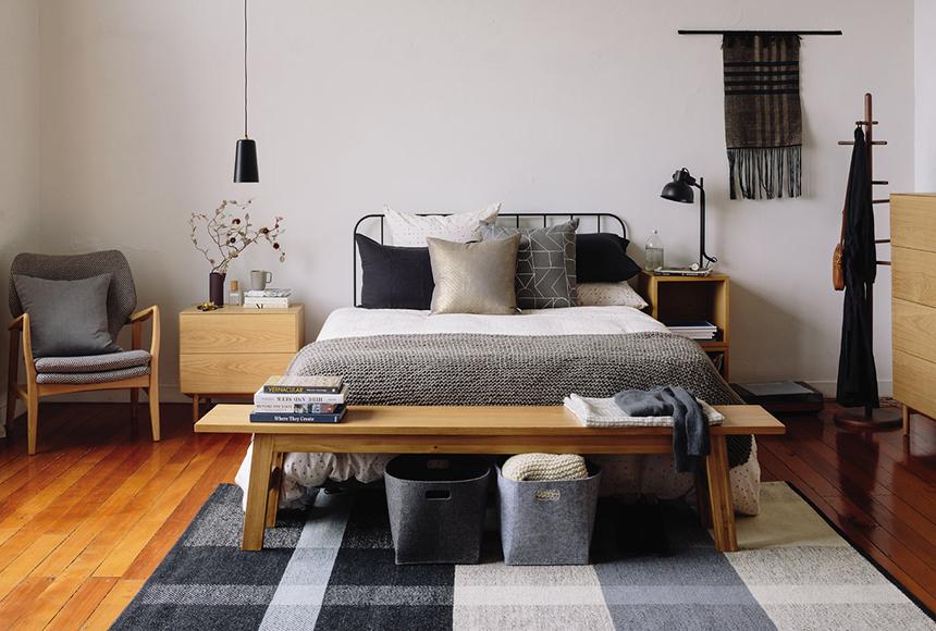 استفاده از اکسسوری چوبی همراه با باکس های زیبا و کوسن های تزیینی