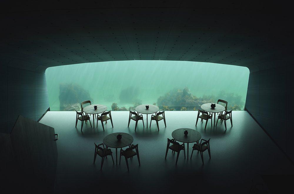 پنجره بزرگ رستوران زیرآبی با میز وصندلی و