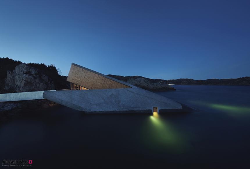 رستوران زیرآبی در ساحل جنوبی نروژ در شب با نورپردازی خلاقانه