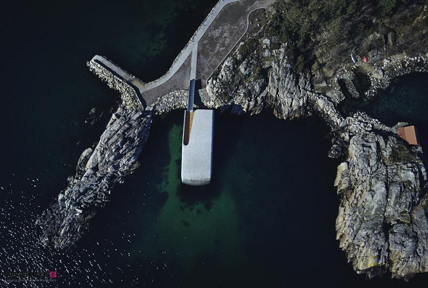 ساختمان با معماری خلاقانه در کنار جاده ساحلی و فرو رفته در آب