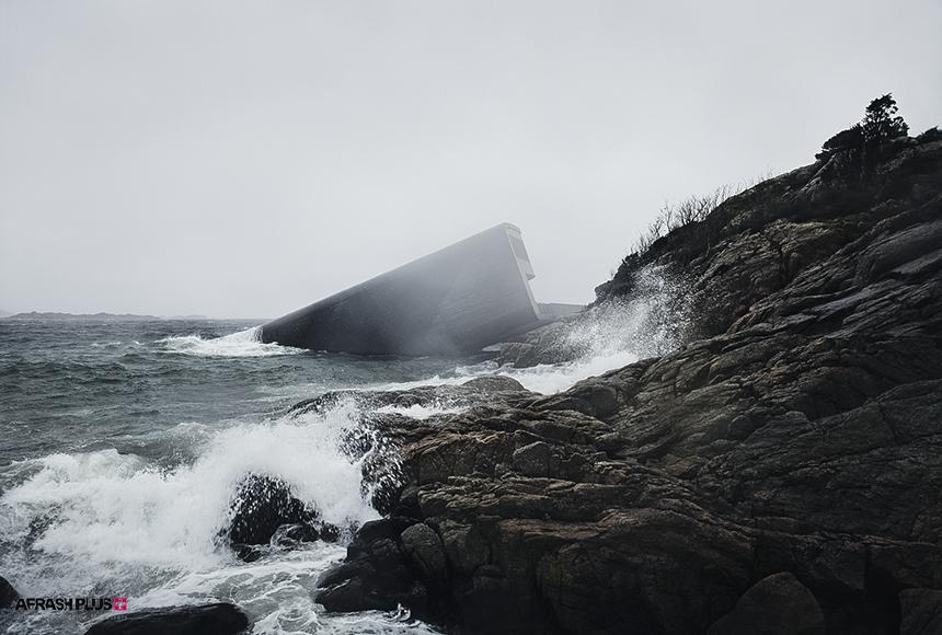 ساختمان بتنی در حاشیه ساحل صخره ای و در میان امواج خروشان