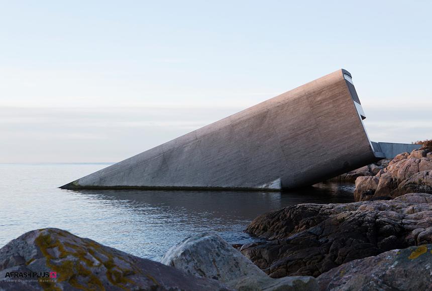 ساختمان بتنی در حاشیه ساحل صخره ای