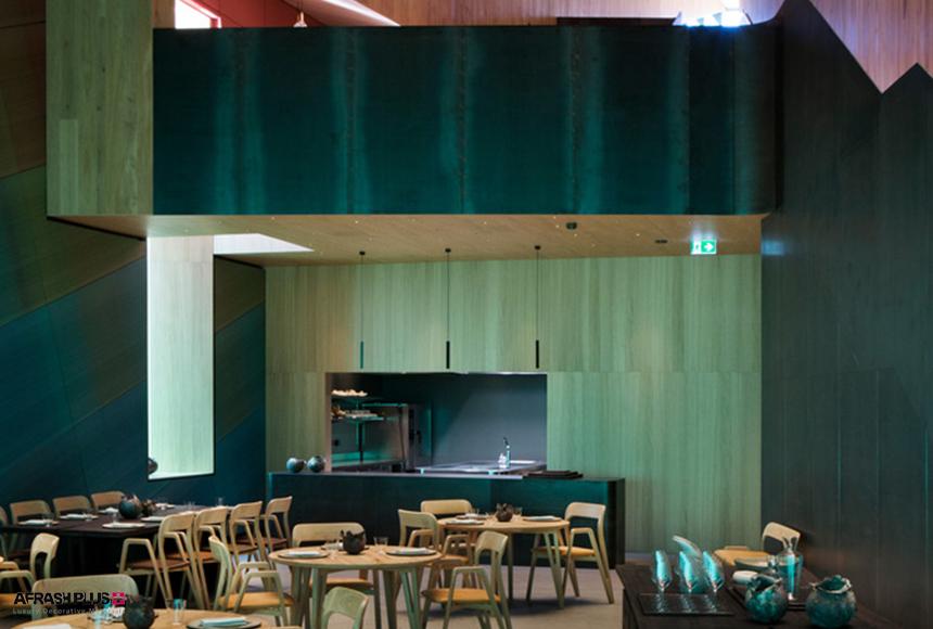 فضای رستوران با میز و صندلی چوبی و نورپردازی خلاقانه ودیواره چوبی