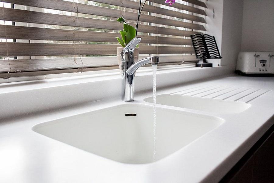 سینک کورین رنگ سفید برای آشپزخانه با شیر آب