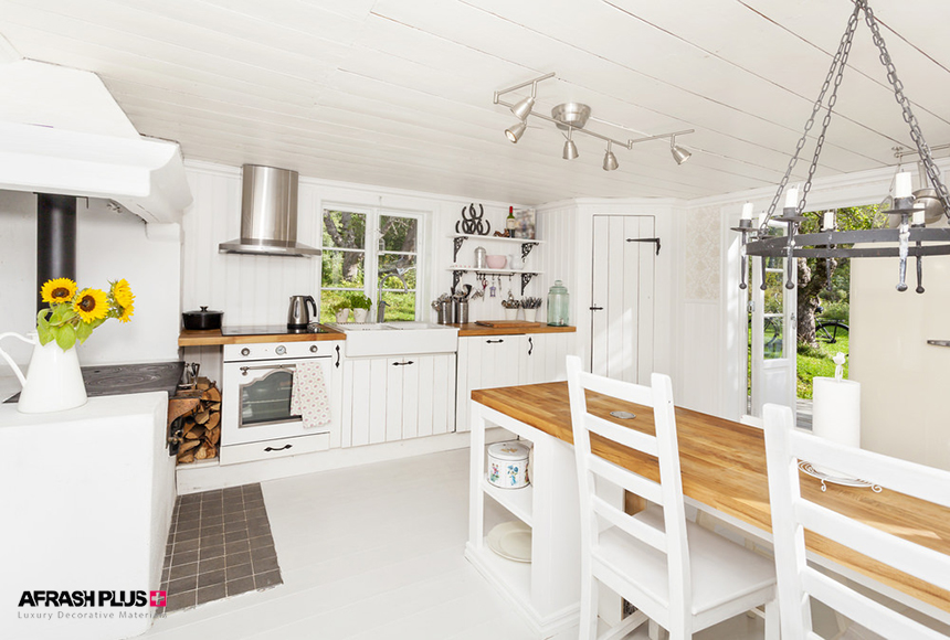 خانه روستایی با تم رنگی سفید و میز جزیره چوب طبیعی