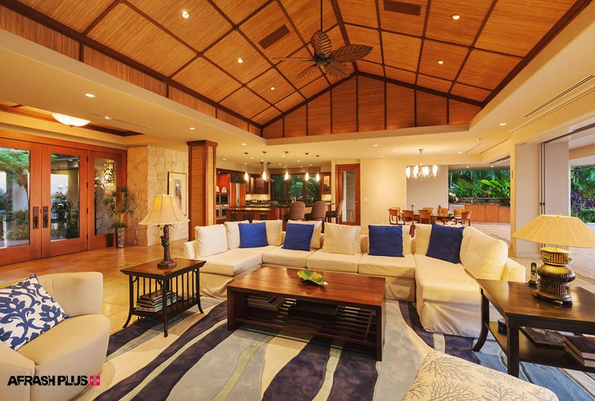 خانه به سبک استوایی با سقف و کف تمام چوب و مبلمان سفید و کوشن آبی