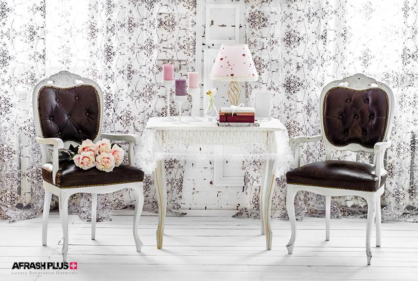 میز و صندلی سفید پتینه کاری چوب طبیعی در کنار پرده سفید و طرح دار