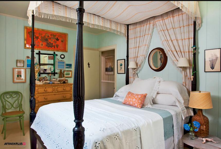 اتاق خواب سبک ساحلی با تخت سفید طاق دار با دیوار آبی