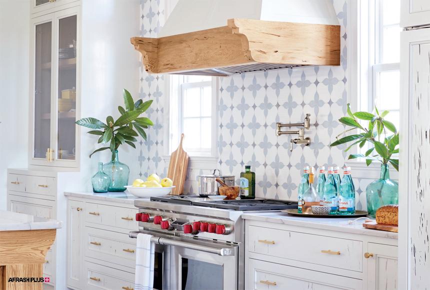 آشپزخانه سبک ساحلی با کاغذ دیواری تم آبی و کابینت کلاسیک سفید