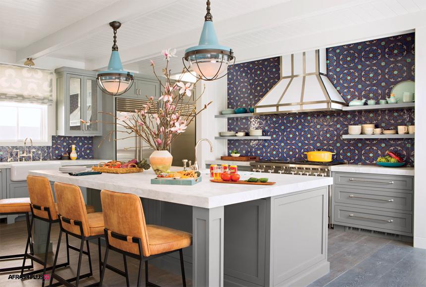 آشپزخانه سبک ساحلی با کابینت کلاسیک طوسی و جزیره با صفحه کورین سفید