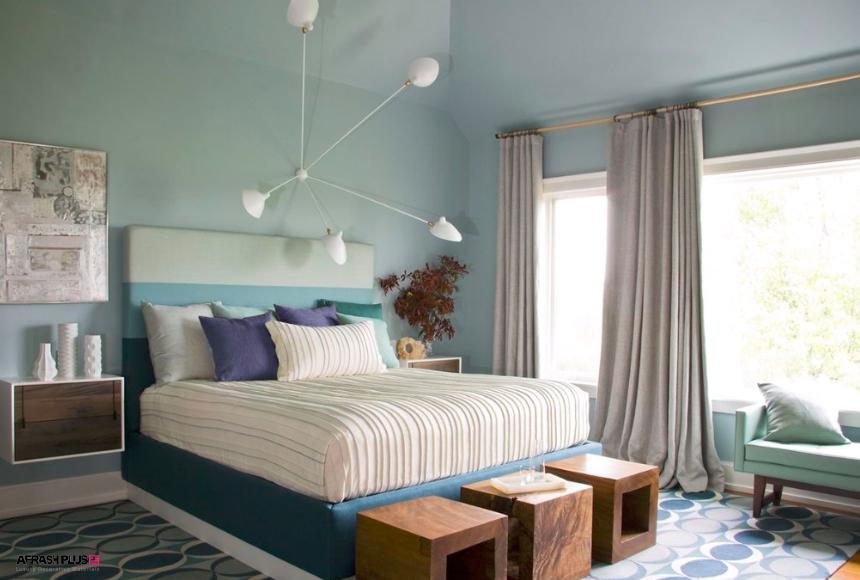 اتاق خواب سبک معاصر با پنجره بزرگ و دیوار آبی با لامپ آویز خلاقانه