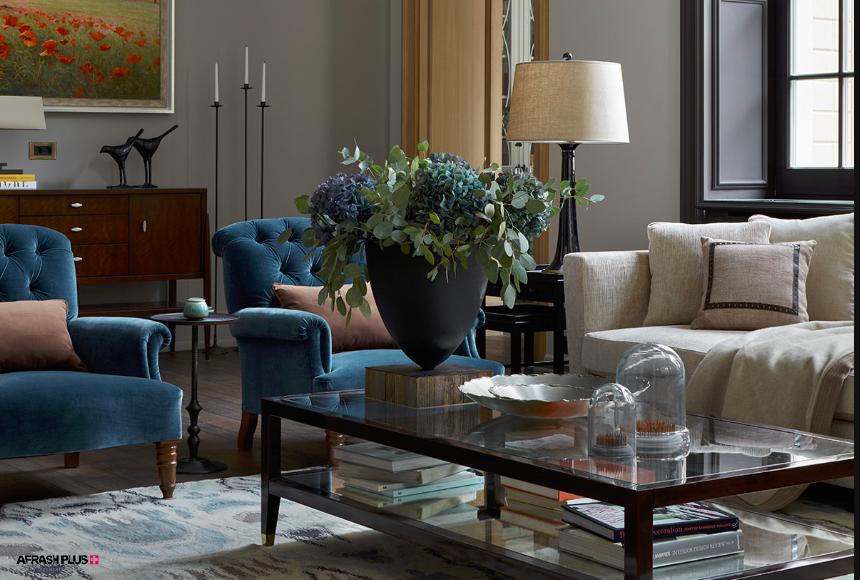 دکور سبک  معاصر با مبلمان آبی و جلو مبلی چوبی با گلدان بر روی آن