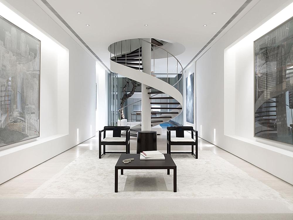 دکوراسیون داخلی سبک مدرن با نما و دیواره سفید به همراه راه پله مارپیچی