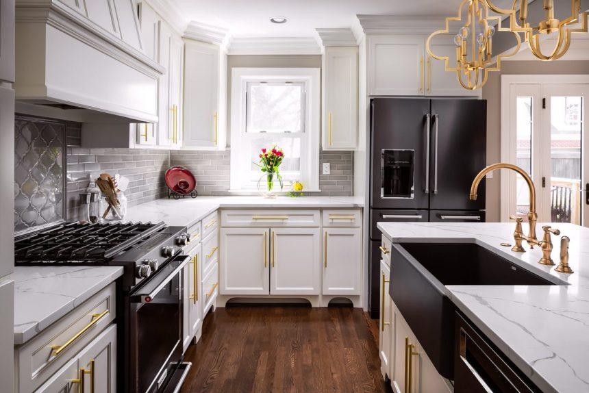 آشپزخانه ای با انتخاب سینک و ترکیب رنگی مشکی و سفید به سبک کلاسیک دیزاین شده