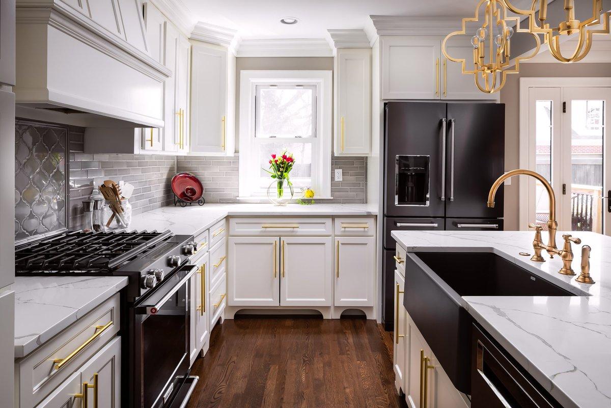 آشپزخانه ای با ترکیب رنگی مشکی و سفید به سبک کلاسیک دیزاین شده