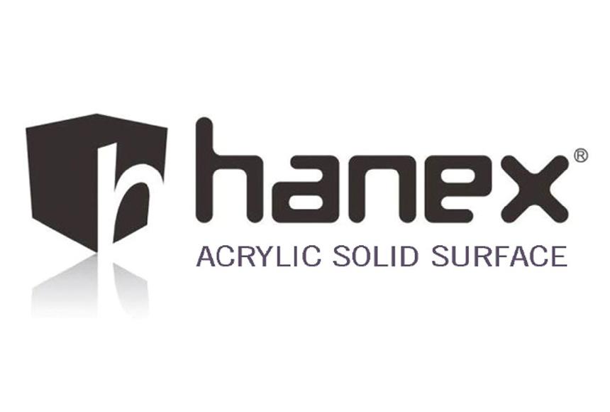 لوگوی کورین هانکس با رنگ طوسی در زمینه سفید