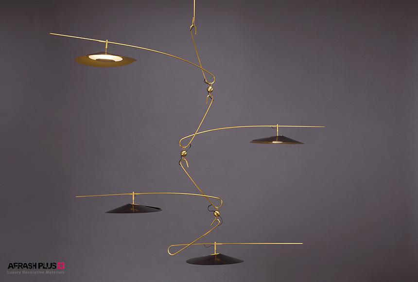 لامپ آویز چند مرحله ای طلایی با طراحی مدرن در زمینه طوسی تیره