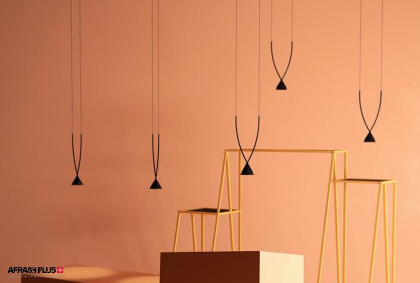 اتاق کرم رنگ با لامپ آویز و چهارپایه و جعبه در وسط