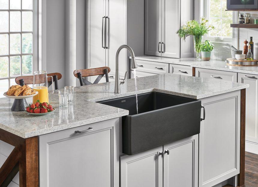 َآشپزخانه ای به سبک مدرن ، تلفیق دو رنگ سفید و طوسی همراه با سینک روستایی با عمق زیاد