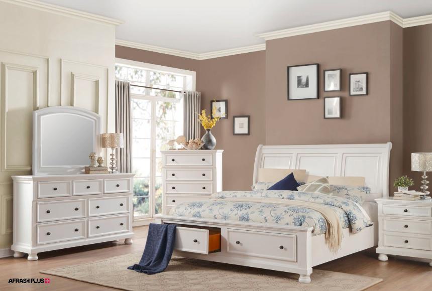 اتاق خواب سبک انتقالی با تخت و کمد سفید با دیوار کرم و تابلو فراوان