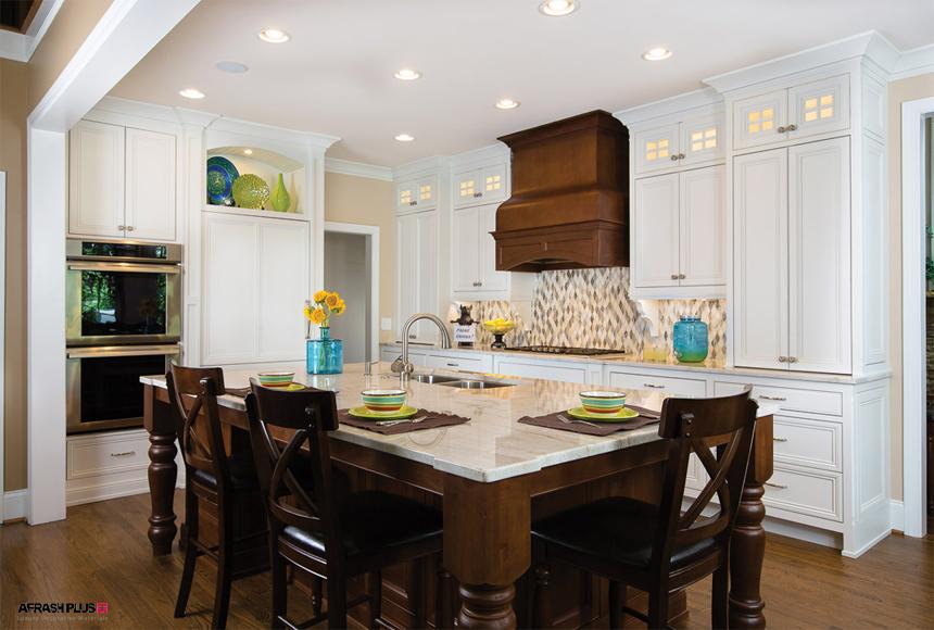 آشپزخانه سبک انتقالی با کابینت سفید چوبی و میز غذاخوری با صندلی چوبی