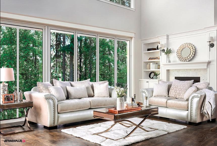 نشیمن سبک انتقالی با مبلمان حجیم سفید و جلو مبلی چوبی با پنجره های بزرگ با نمای جنگل