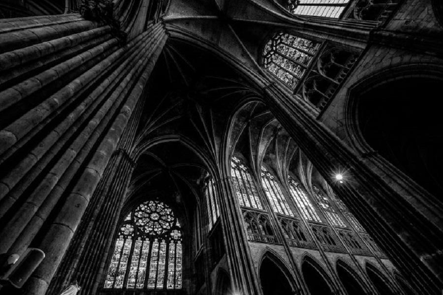 نورهای تاریک در کلیسا با سکب معماری گوتیک