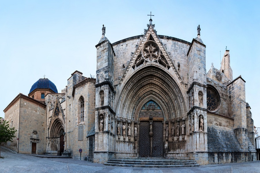 ساختمان کلیسا با سبک معماری گوتیک