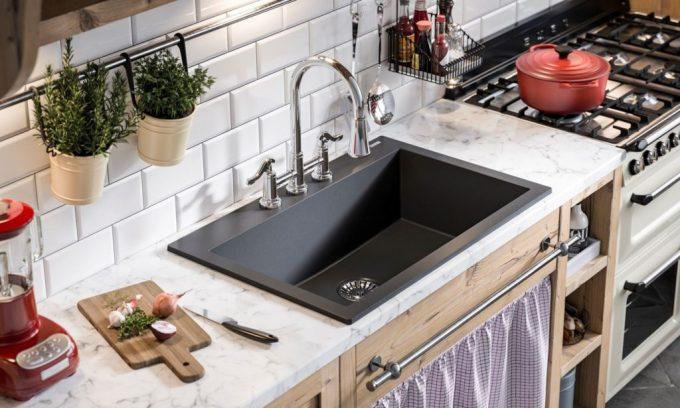 آشپزخانه ای به سبک مدرن با سینک گرانیتی که با رنگ های گرم تلفیق شده
