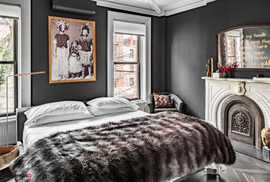 اتاق خواب با دکوراسیون سبک انتخابی با لحاف پشمی و تابلو عکس