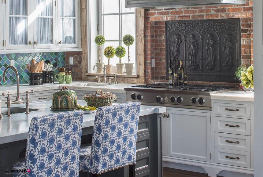 آشپزخانه سبک کولی با کابینت کلاسیک سفید و بین کابینتی آجری