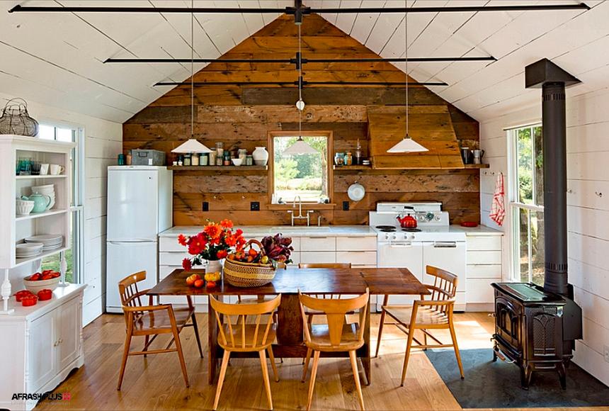 آشپزخانه سبک روستایی با کابینت کلاسیک سفید و اجاق هیزمی