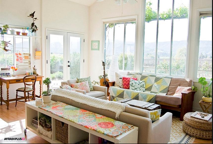 نشیمن سبک خانه روستایی با پنجره های بزرگ و کوشن رنگی