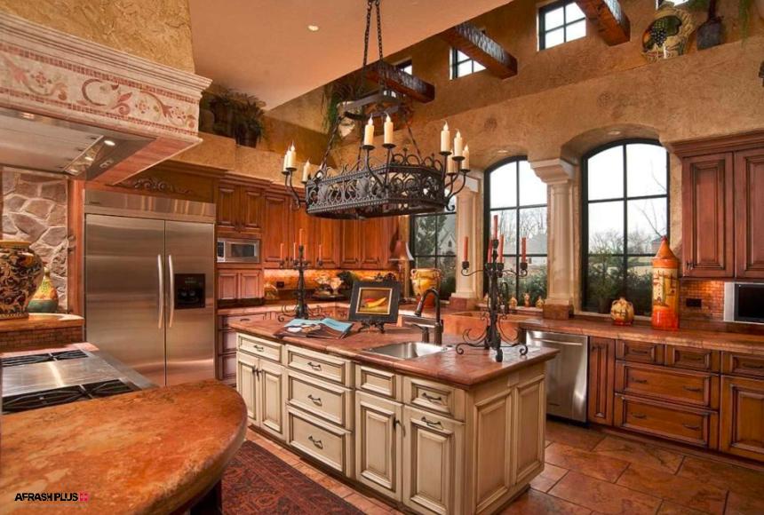 آشپزخانه کلاسیک سبک مدیترانه ای با کابینت چوبی و پنجره های بزرگ با ستون