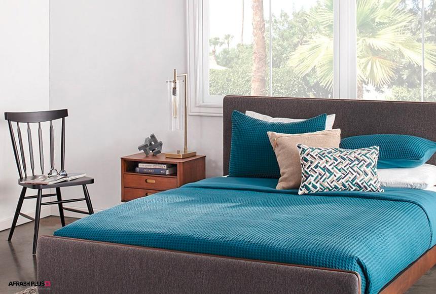اتاق خواب سبک نیمه قرن 20 با تخت طوسی و لحاف آبی