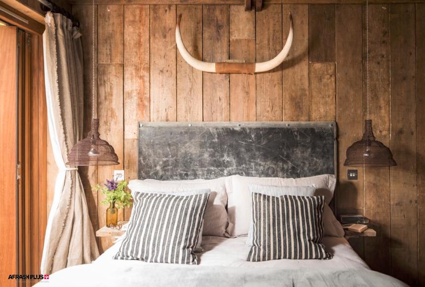 اتاق خواب سبک روستیک با دکور شاخ در بالای تخت