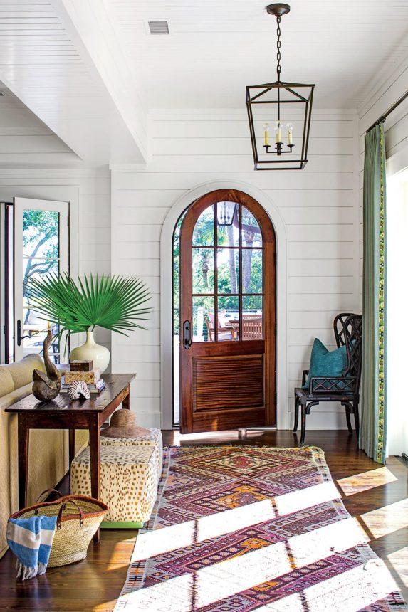 اولین فضای گرم و دعوت کننده خانه ورودی خانه میباشد ، یک نشیمن کوچک و یک کنسول تزیین شده با گل های طبیعی فضا را دلنشین تر نیز می کند