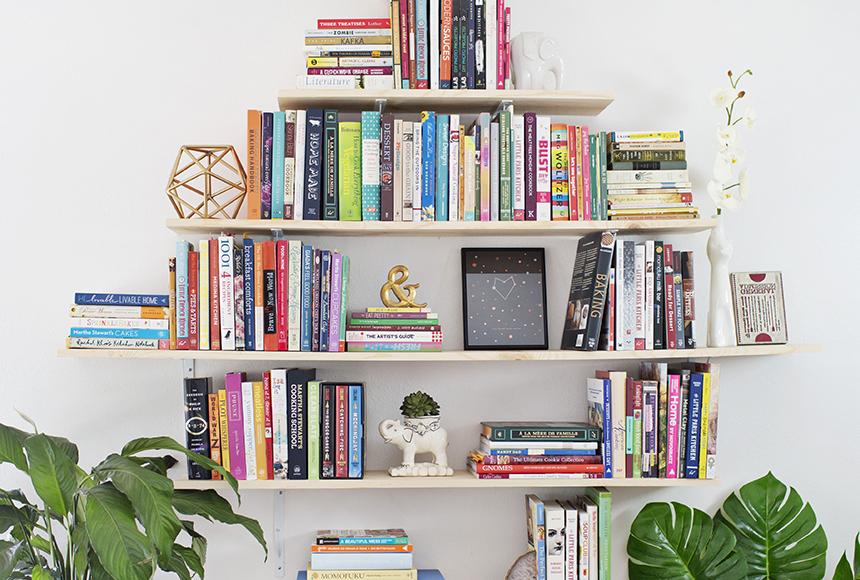 کتابخانه دیواری با کتاب های رنگارنگ و زیبا
