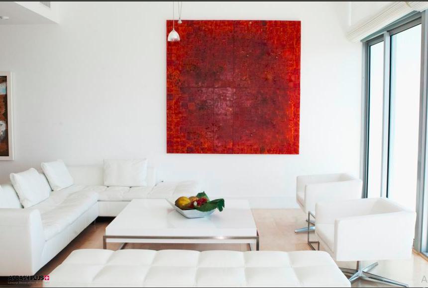 اثر هنری قرمز در زمینه دکوراسیون رنگ سفید
