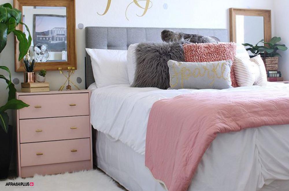 اتاق خواب با تخت سفید و لحاف رنگ صورتی
