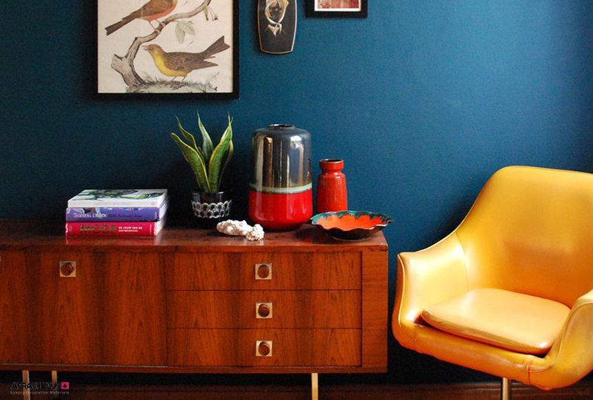 نشیمن با دیوار آبی و صندلی رنگ زرد