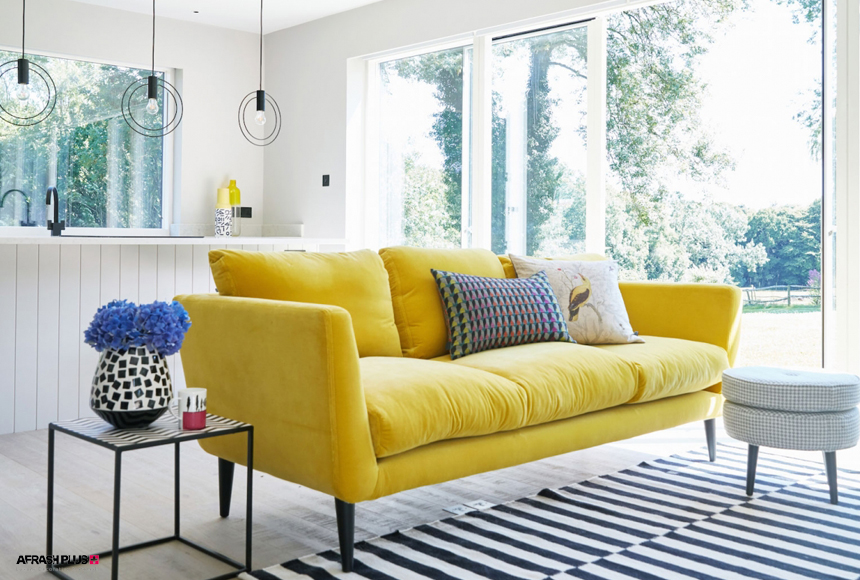 نشیمن مدرن با دیوار رنگ طوسی و مبل زرد