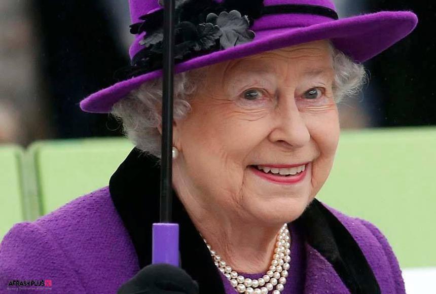ملکه انگلستان در لیاس رنگ بنفش
