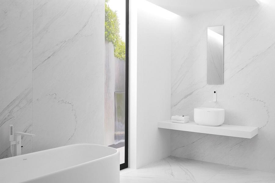دیوارپوش سفید و زیبا در سرویس بهداشتی