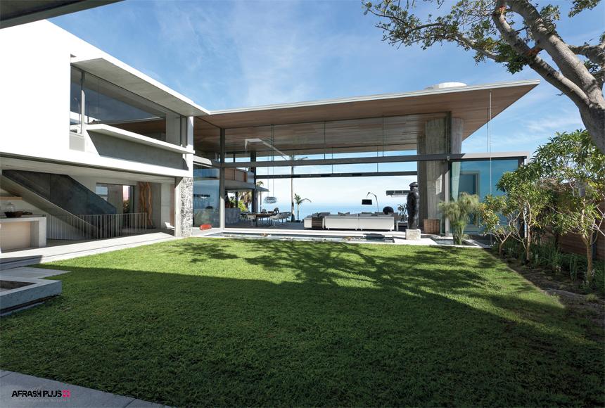 ویلای ساحلی با حیاط چمن و دیواره سفید